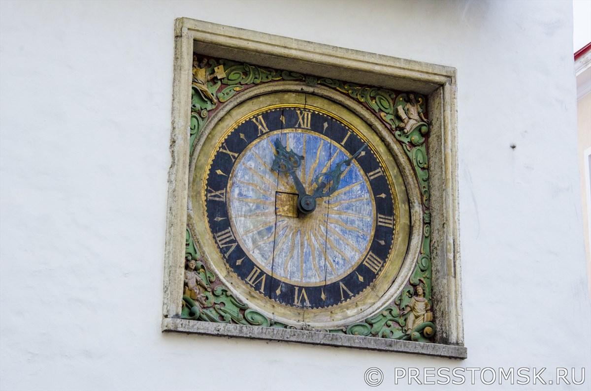 Старинные часы на фасаде Церкви Святого Духа