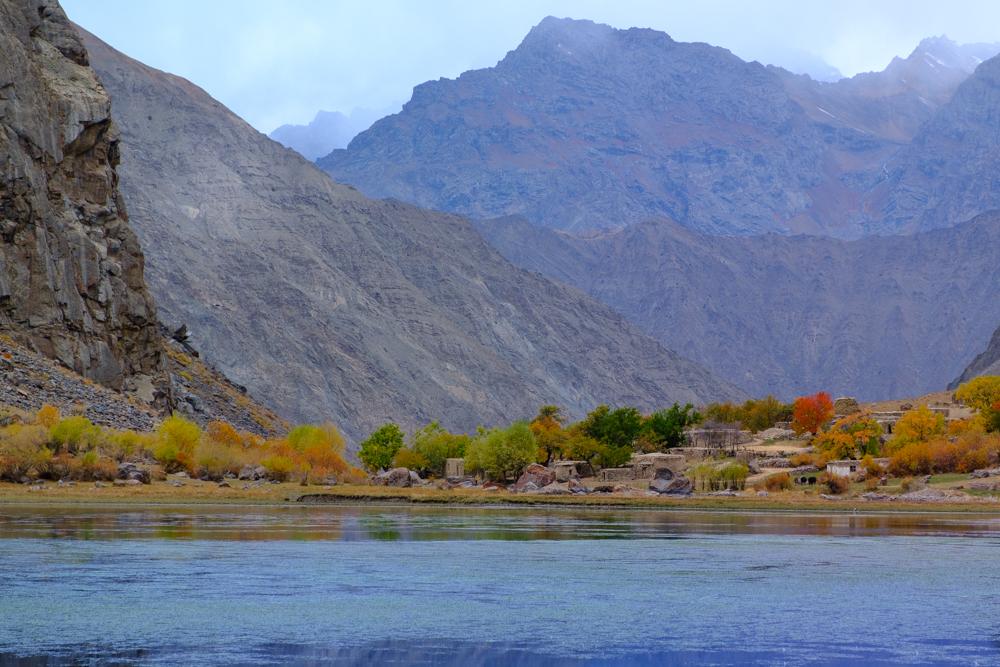 Jezeu, vlak naast een rustig bergmeer.