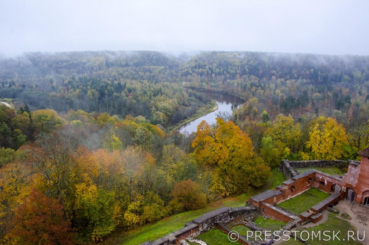 Вид на долину Гауя с высоты башни Турайдского замка