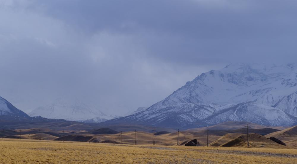 Ergens achter die bergen en wolken ligt de piek...