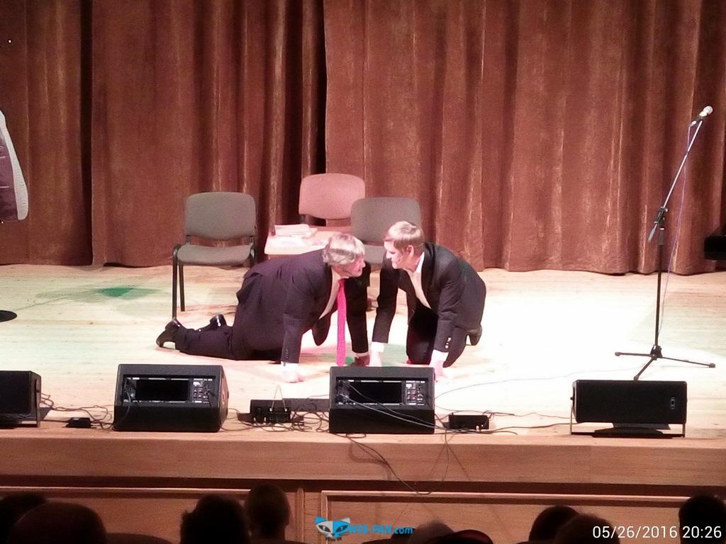 Дуэт Бульбаши на сцене, в коленопреклонённом виде!