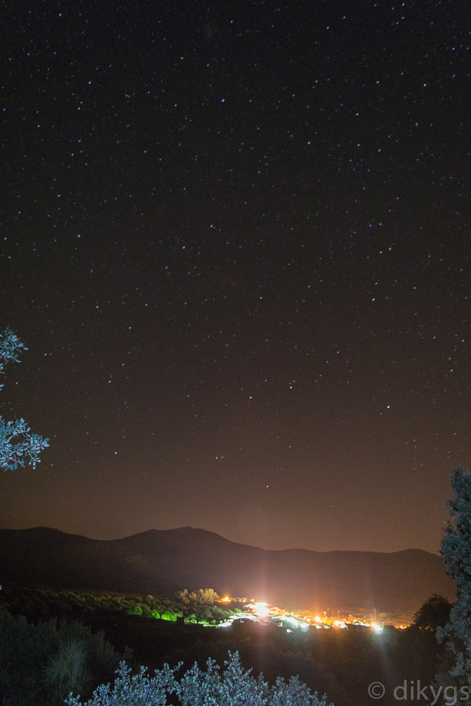 Pueblito con un cielo estrellado