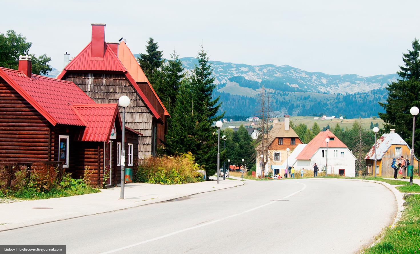 деревянные дома, высокие крыши