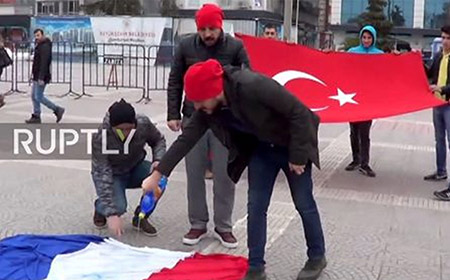 Protestantes turcos confunden y queman la bandera francesa por la de los países bajos