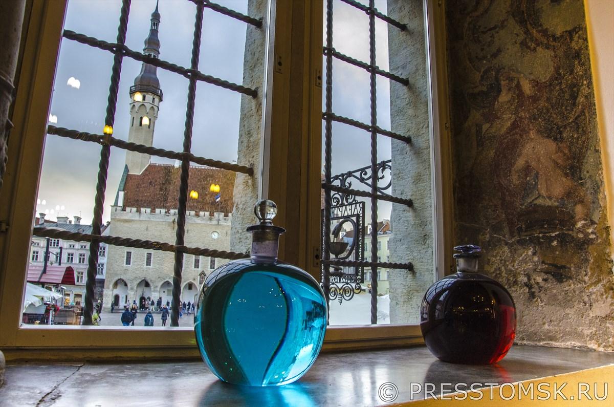 Вид на Таллинскую ратушу из окна Аптеки