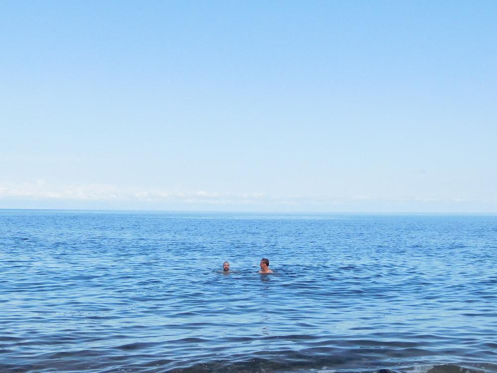 En dan was er… Het Issyk-Kul meer! Thijs en Michiel namen een zeer frisse duik, en wij zagen dat het goed was.