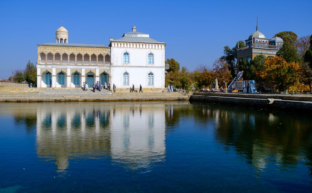 Even buiten Bukhara ligt het zomerpaleis van de laatste emir, Alim Khan, gebouwd in 1911. Het werd deels door Russen, deels door Oezbeken gebouwd. Hierdoor heb je een gekke mix van stijlen.