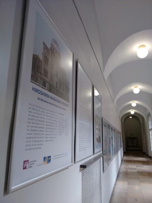 ボン大学構内廊下の展示