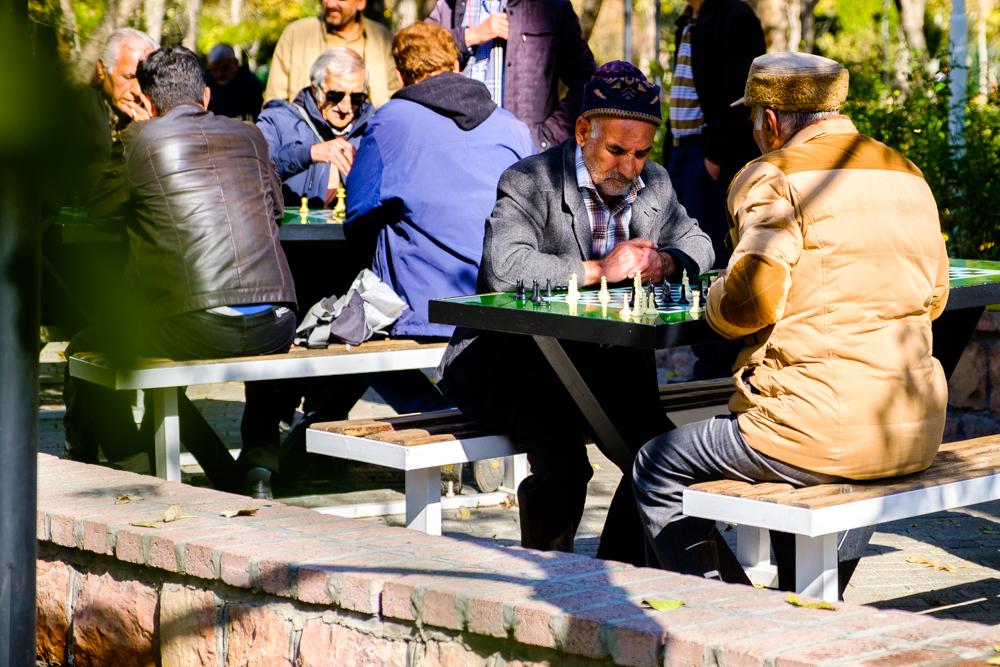 Schakers in een park in Mashad