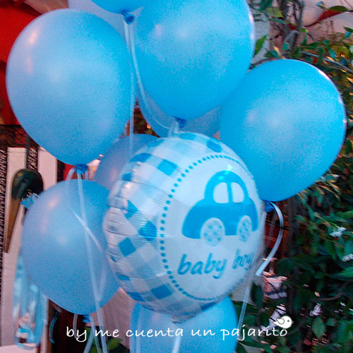Globos azules en la mesa dulce del bautizo de Mateo
