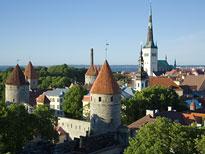Blick auf die Stadtmauer von Tallinn und die Sankt Olaf Kirche
