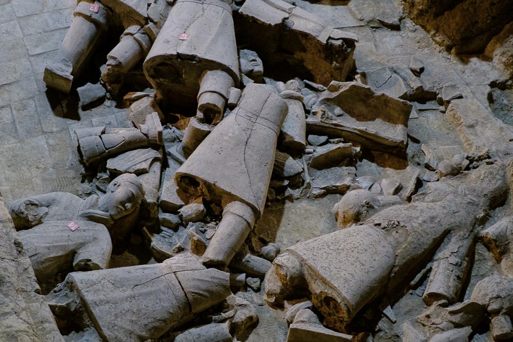 De meeste soldaten waren stuk toen de site ontdekt werd. Dit kwam doordat het 'dak' van het graf deels ingestort was.