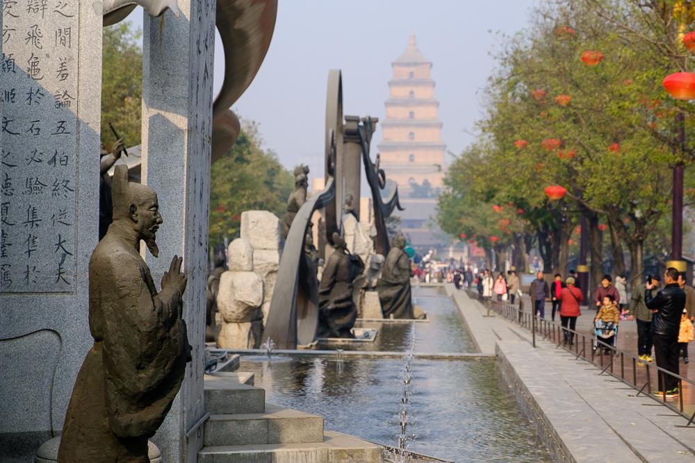 Xi'an is meer dan het teracottaleger. Hier wandelden we door een gezellige straat vol beelden, fonteinen, gekke speeltuigen, …