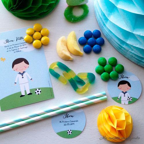 recordatorios, etiquetas, pegatinas primera comunión niño con balón en el jardín