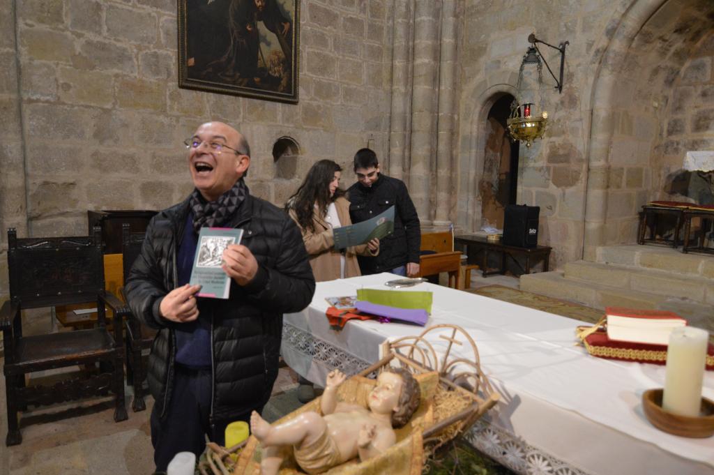 El párroco aparentando que se ha atinado con su regalo