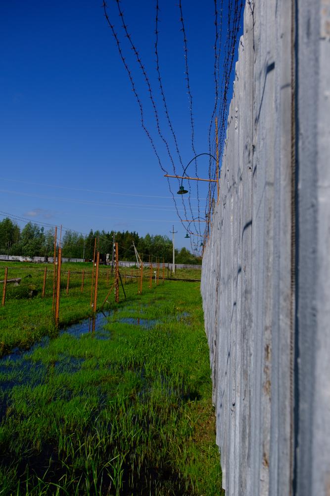 Vier soorten omheiningen hielden de gevangenen binnen. Voeg daarbij nog sensoren in de grond en bewakers met honden. Buitenraken lukte niet.