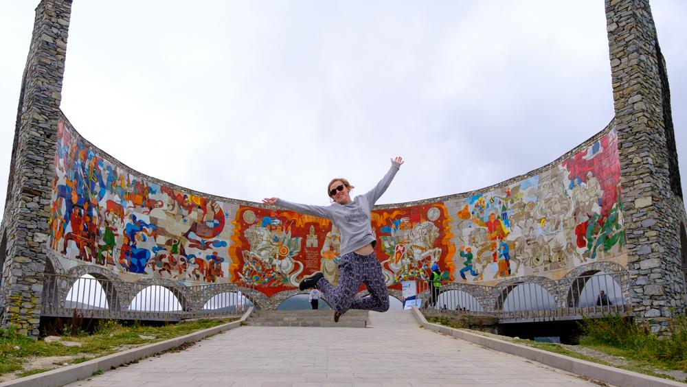 Het Peace Sign is een drukbezocht monument op de Military Highway, de weg tussen Kazbegi en Tbilisi