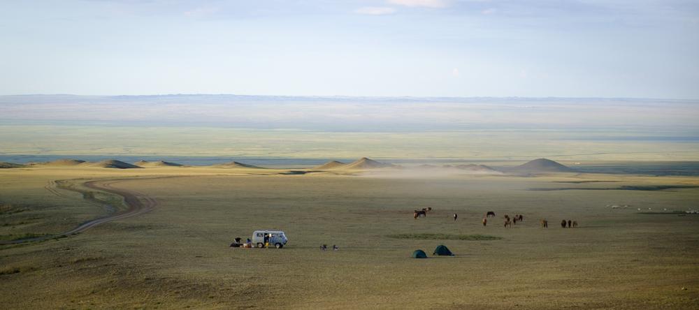 We kampeerden aan de rand van een bergketen, 'Gurvan Saikhan' of 'the three sisters'