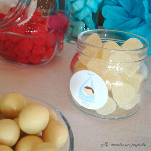 Pegatina personalizada en el bote de gominolas de la mesa dulce del bautizo de Bruno, pompones