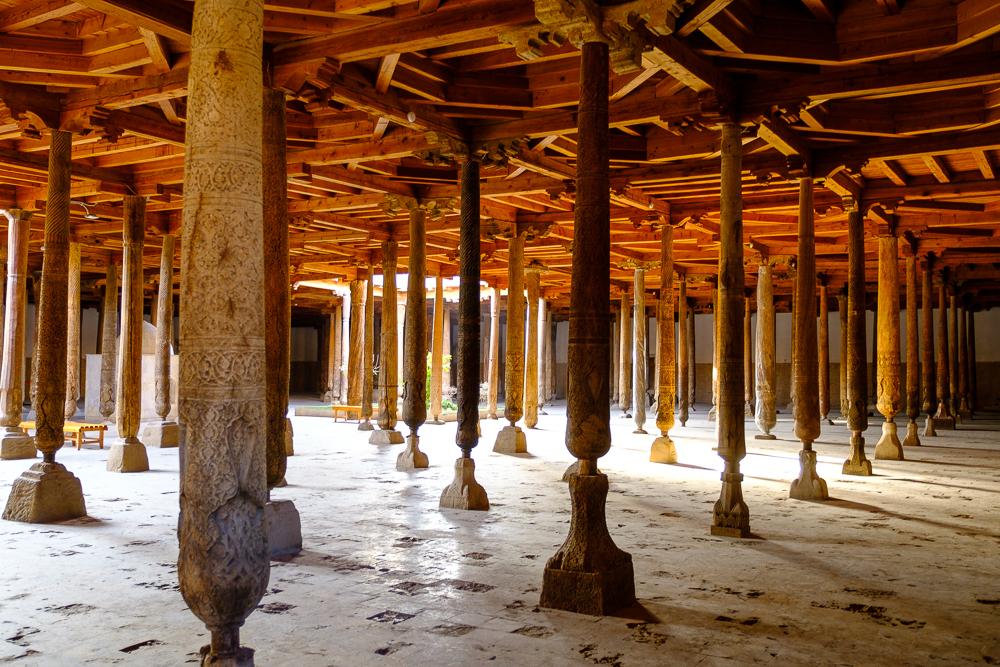 De vrijdagmoskee (Juma moskee), ondersteund door 218 pilaren. Zes of zeven hiervan dateren nog uit de 10de eeuw, de rest van het gebouw is recenter.