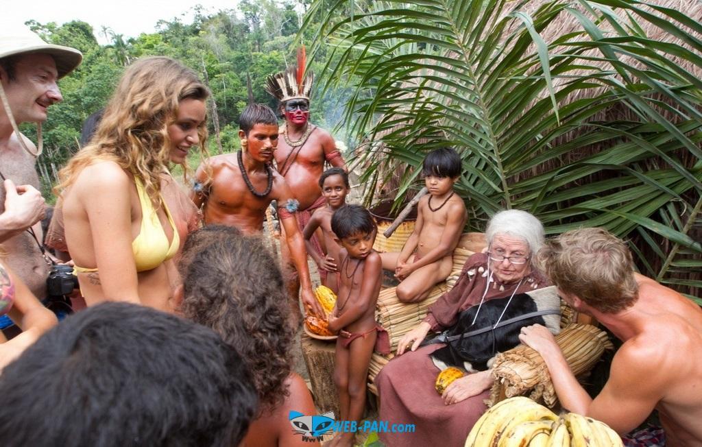 Вот и вся деревня собралась вокруг этих чудиков и бабушки, она так отрывается!