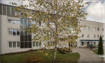 Das neue im September 2001 eröffnete Seniorenwohnheim Mehrnbach im unmittelbaren Ortszentrum von Mehrnbach.