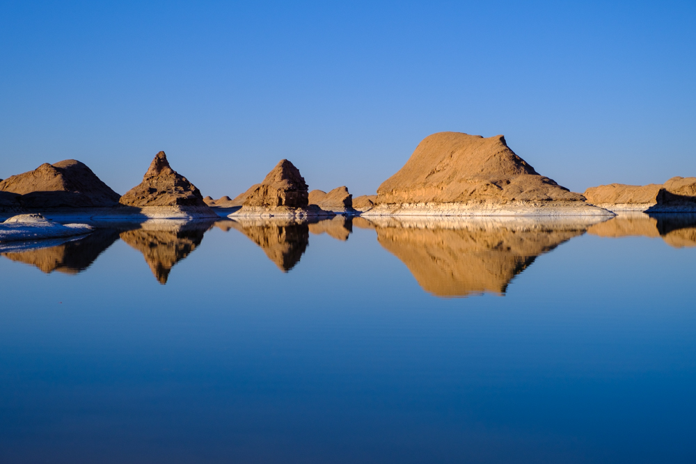 Een tijdelijk zoutmeer in de kaloutwoestijn
