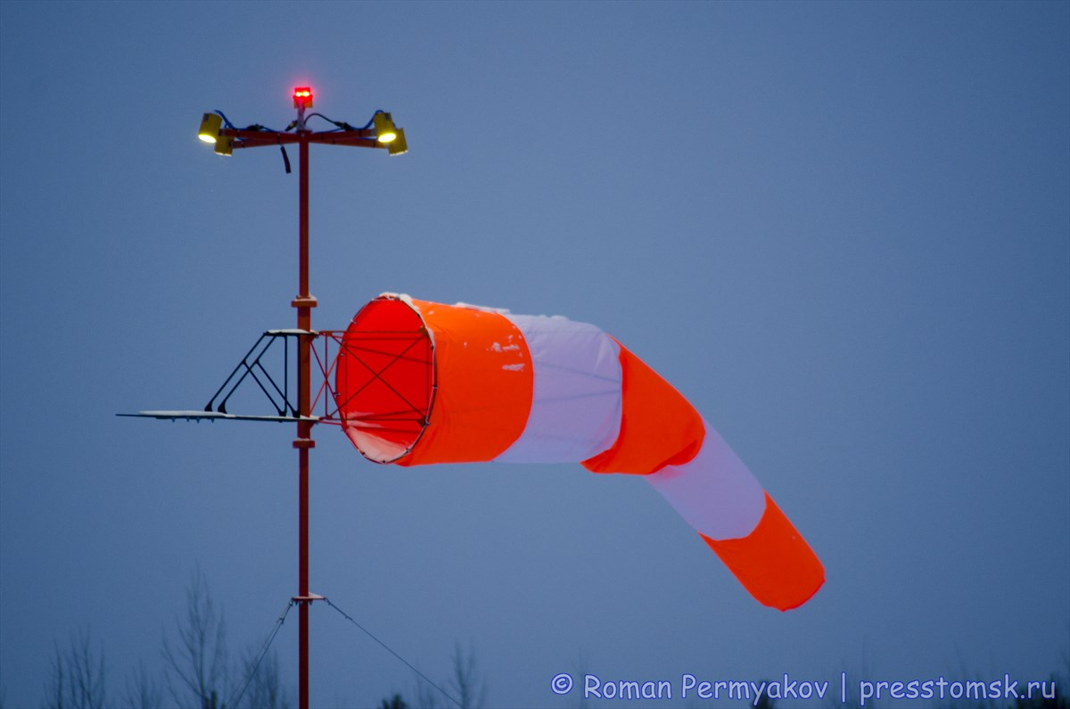 Ветроуказатель с подсветкой на посадочной площадке Каргасок