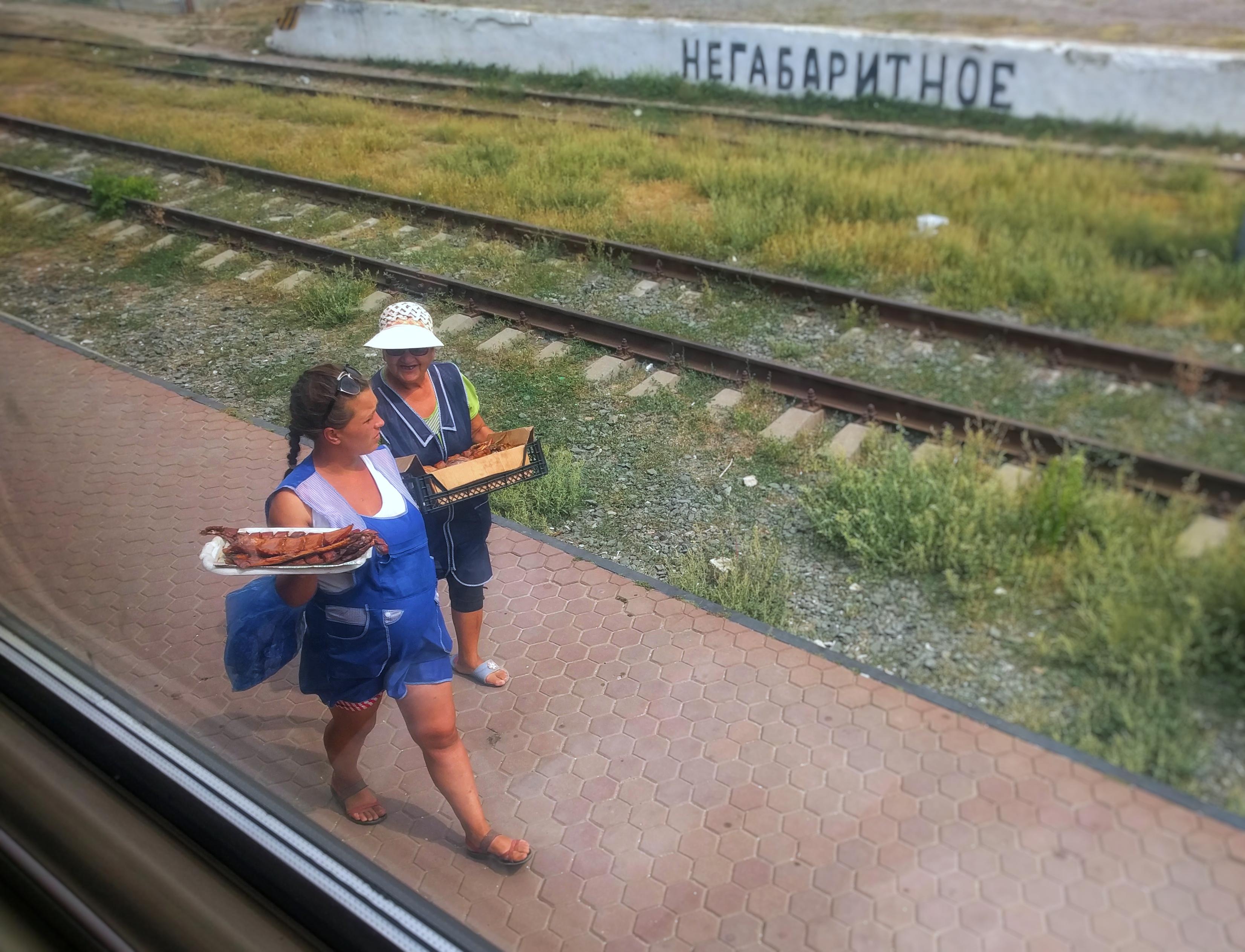 Hier en daar verkopen lokale mensen hun waar langs het spoor.