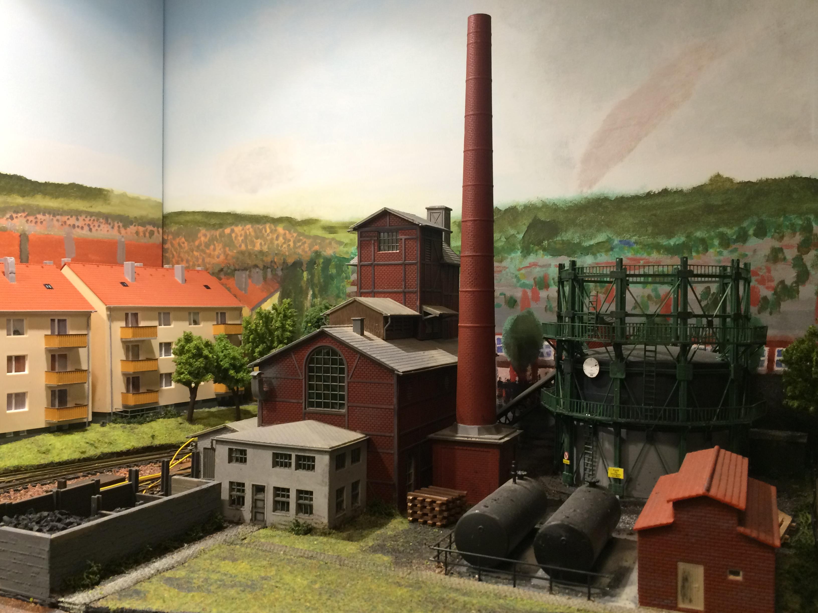De gasfabriek en de woonflats aan de overkant.