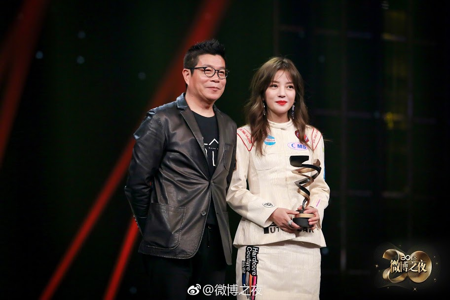 2019.01.11 - Đêm Weibo: Triệu Vy nhận giải Diễn viên có sức ảnh hưởng thời đại
