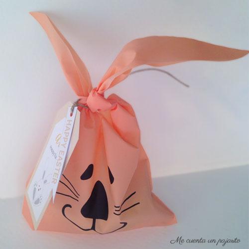 Bolsa con huevos de Pascua y etiquetas personalizadas