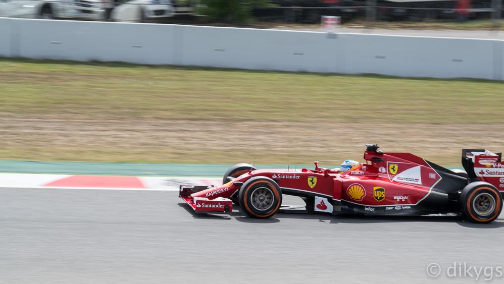 Coche Fórmula 1: Fernando Alonso en su Ferrari. Foto en movimiento