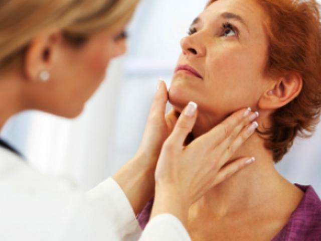 Доктор проверяет щитовидную железу