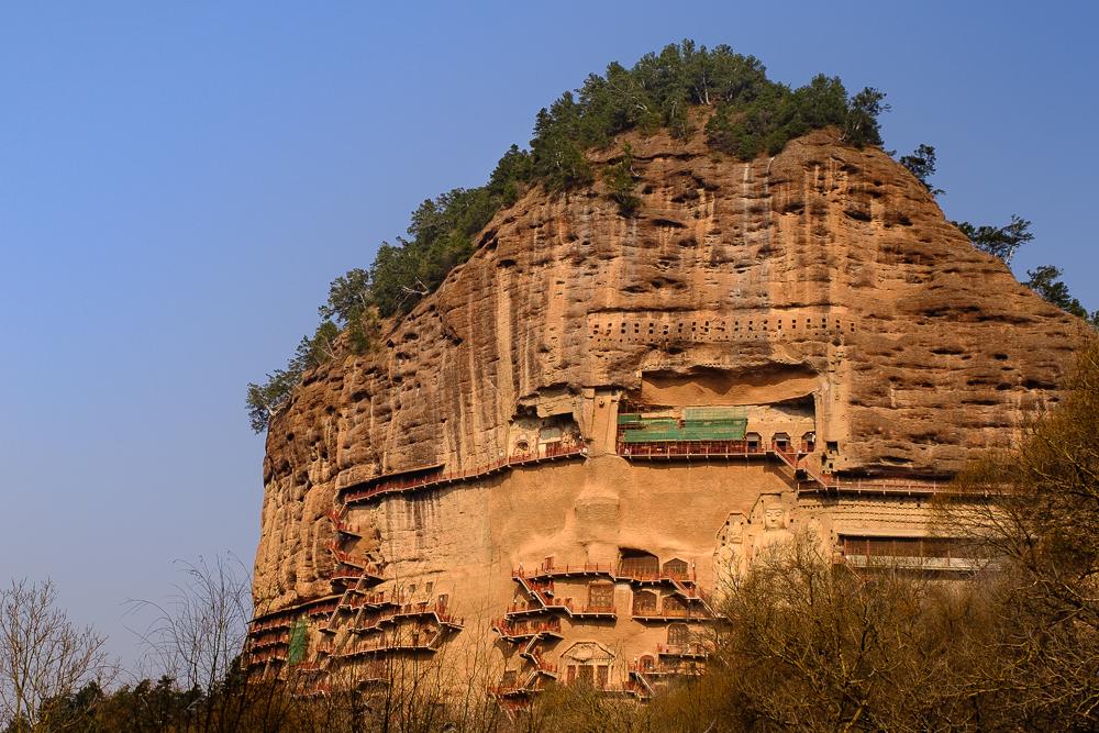 De grotten van Maijishan, nabij Tianshui (ligt je tong al in de knoop?), werden uitgehouwen rond de 4de eeuw. Zoals je ziet zitten ze in een gigantische en steile rots, het is dan ook een raadsel hoe ze dit voor elkaar gekregen hebben. De trapjes zijn er enkel voor de hordes toeristen. Je kan trouwens ook op een kameel zitten vlak voor de rots, om een graad van toeristisch-heid te schetsen. Het kon ons allemaal niet schelen, wij waren onder de indruk!