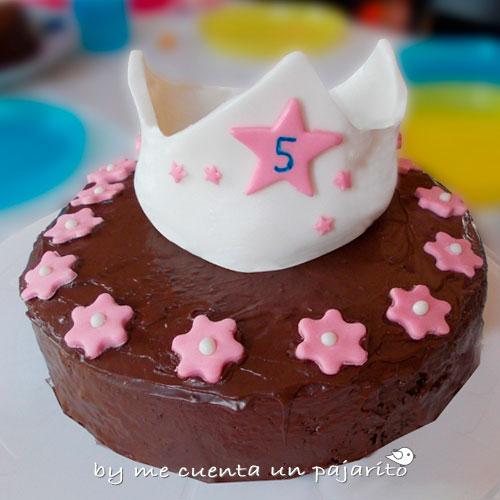 Tarta con corona del cumpleaños de la princesa y su osito marrón