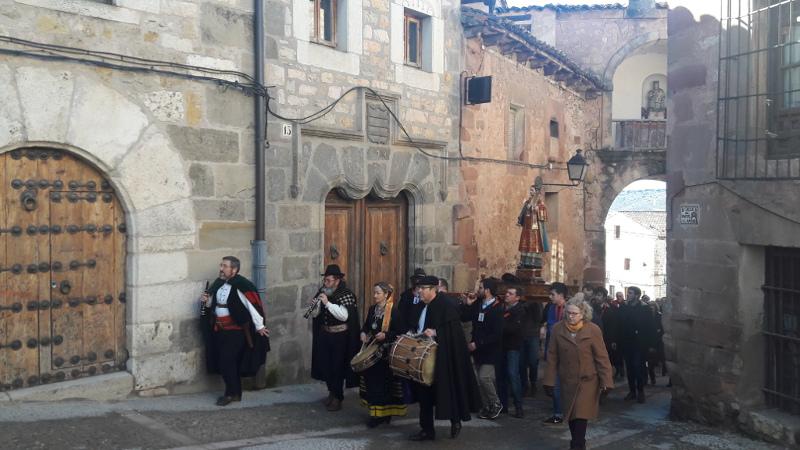 La comitiva de la procesión, subiendo el Portal Mayor