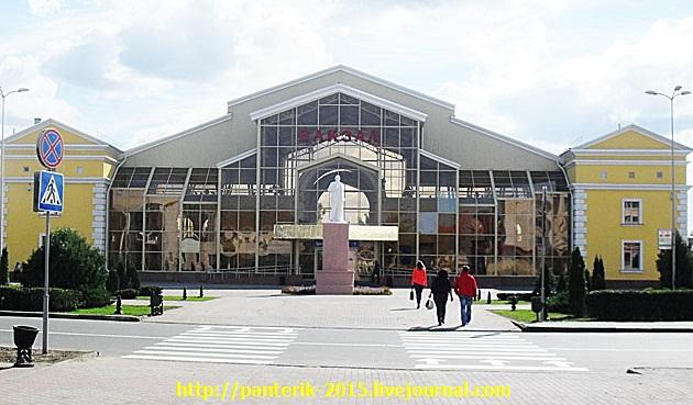 Фото вокзала в Жлобине, вид с фасада. Ленин ещё стоит и украшает площадь!