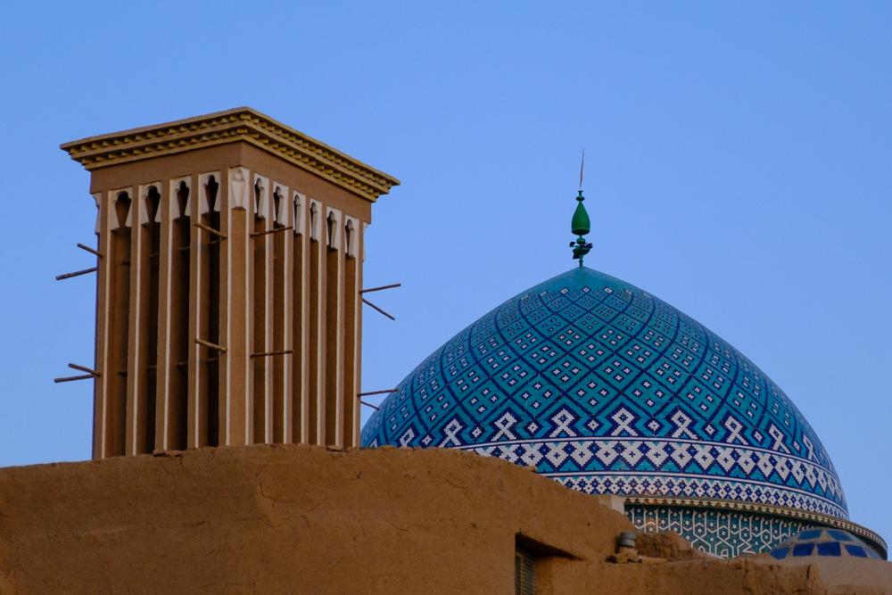 Windtoren (links) en moskeekoepel (rechts) in Yazd