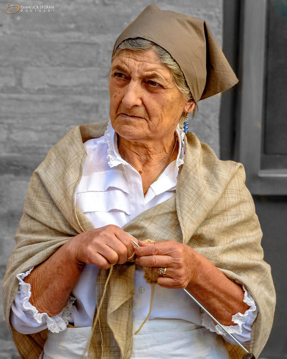 Anziana signora del borgo (ID: 3-9890)