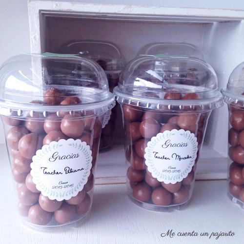 Vaso de smoothie con chocolates y etiqueta personalizada regalo profesora profesor