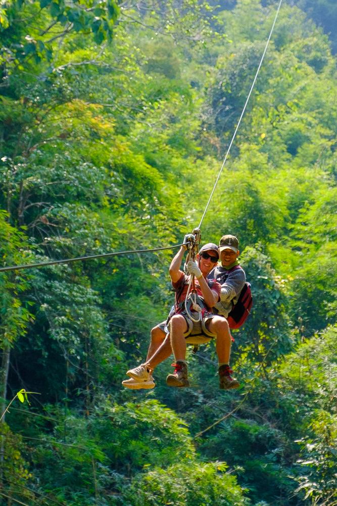 'Met twee mensen samen ziplinen is véél te gevaarlijk', zei onze gids Padthai een halfuur eerder nog. Herken je hem hier?