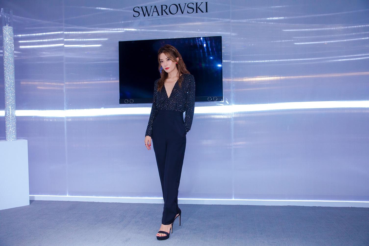 2018.08.17 - Triệu Vy dự hoạt động của hãng Swarovski