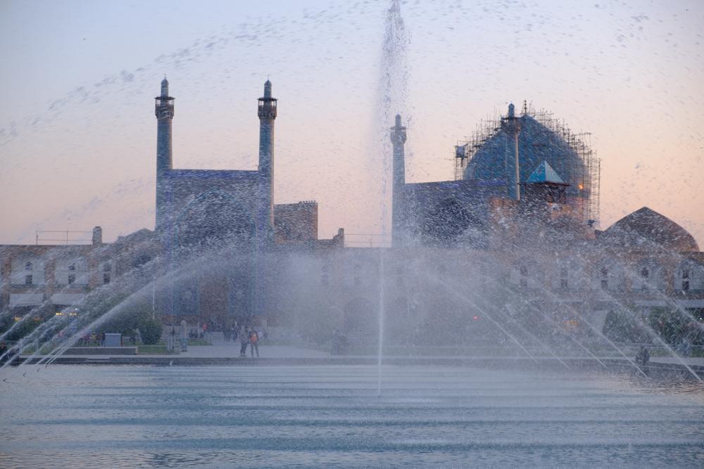 De fonteinen op het Imamplein met moskee op de achtergrond