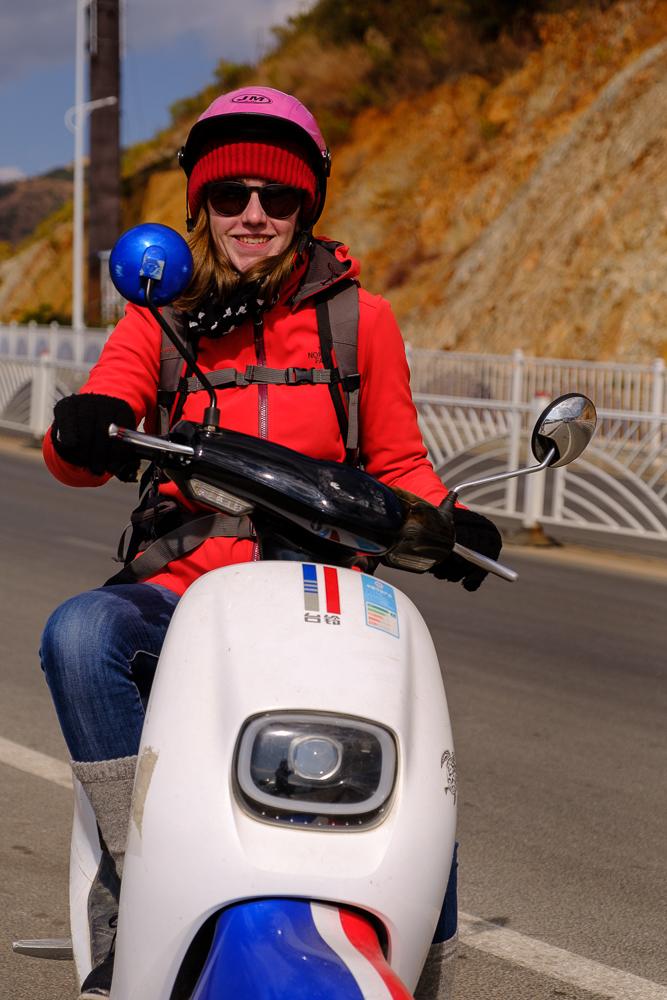 In Dalí huurden we een elektrische scooter om rond het Erhai-meer te rijden. Veel speciaals vonden we er niet aan, net als het stadje zelf. We hadden toch ons plezier met de scooter en enkele mooie uitzichten.