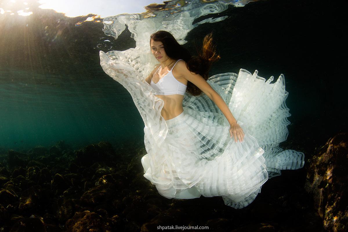 Бали. Туламбен. Съемка модели под водой.