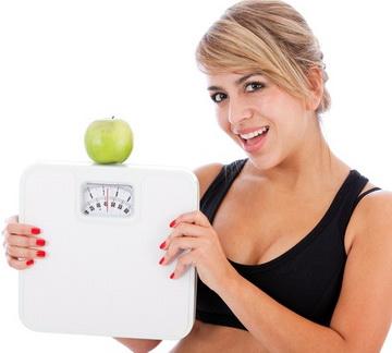 Счастливая девушка с весами
