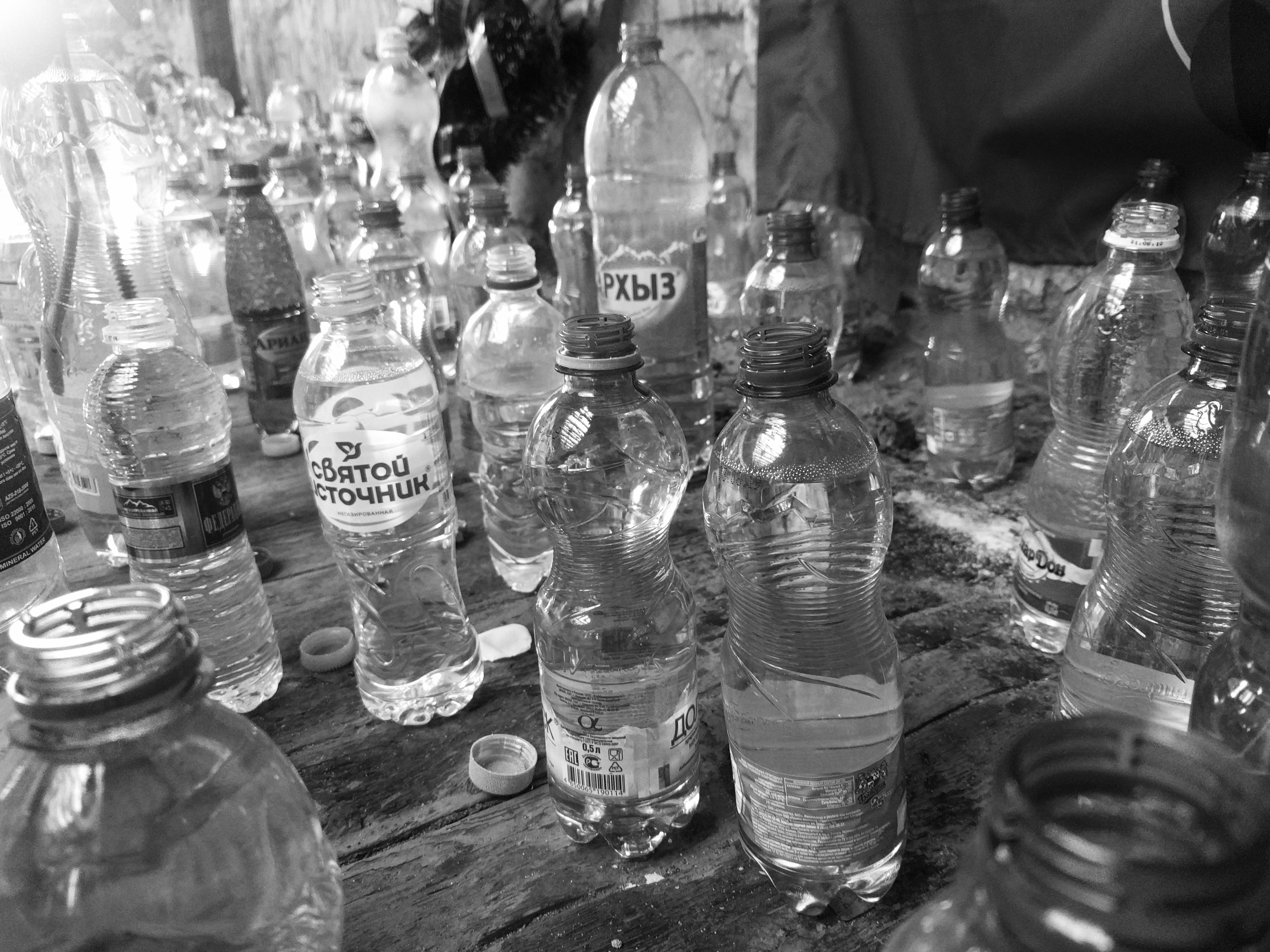 Mensen zetten flesjes water neer om solidair te zijn met de gijzelaars die drie dagen in de verzengende hitte moesten blijven zitten, zonder voedsel of drank.