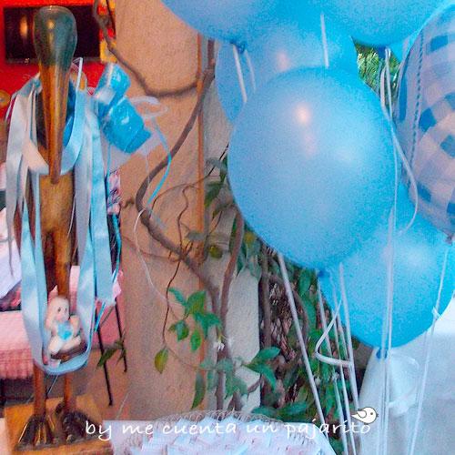 Globos azules y cigüeña con bebe en la mesa dulce del bautizo de Mateo