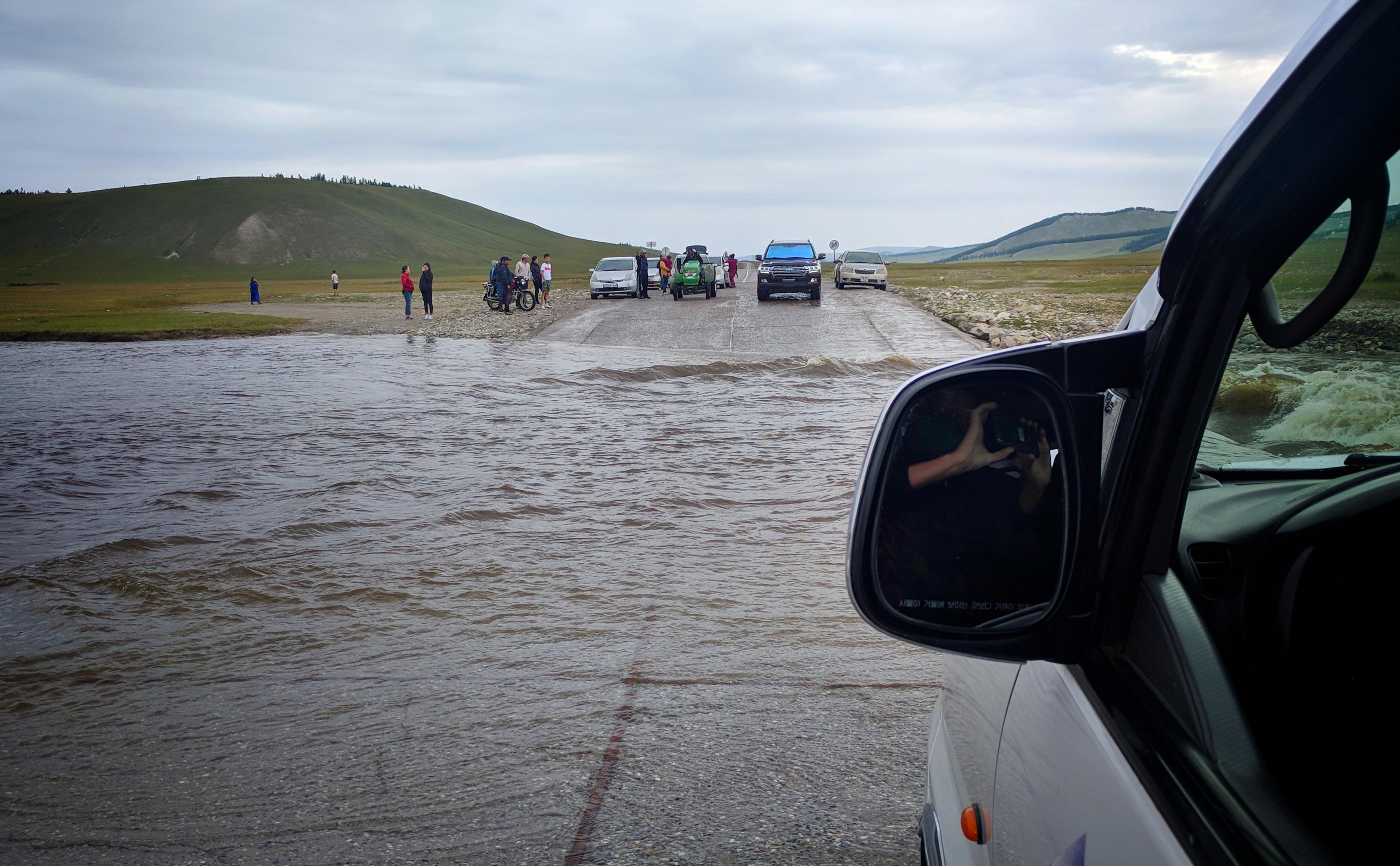De weg is overstroomd